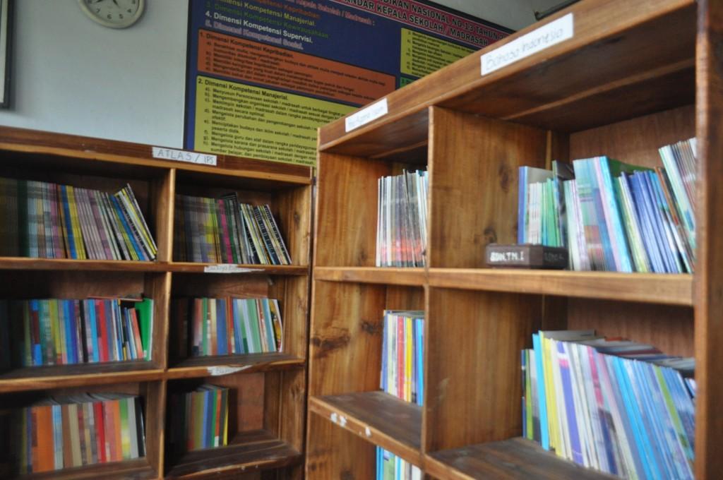 Buku-buku perpustakaan di sekolah, mereka menunggu untuk disentuh dan dibaca.