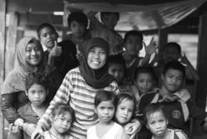 Arya dan Ica bersama anak-anak Dusun Tatibajo