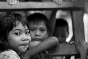 Anak Dusun Tatibajo di rumah panggung