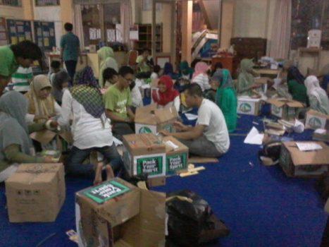 Suasana Packing buku-buku hasil donasi Pack Your Spirit