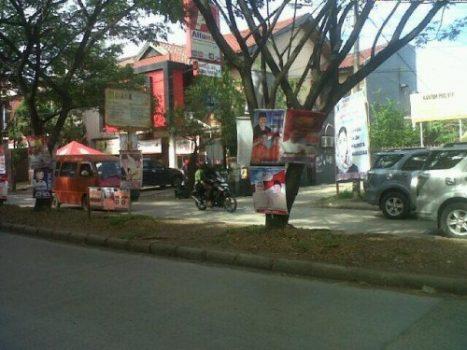 Atribut kampanye yang berada di jalan poros BTP pada tanggal 10 Juni. (Sumber foto: @Shiddiq_Wotu)