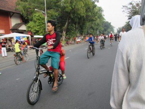 Bersepeda bersama keluarga di Car Free Day