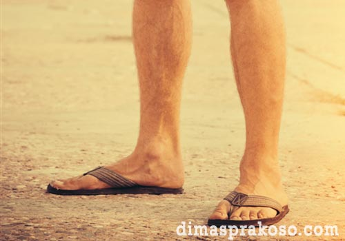 Bawa sandal, atau sepatu anti air didalam tas